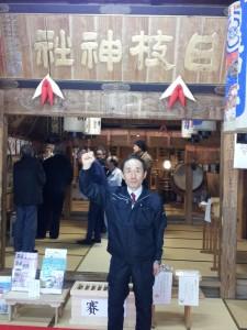 五泉市村松にある日枝神社にて、祈願祭を終え宣戦布告を告げる天野氏